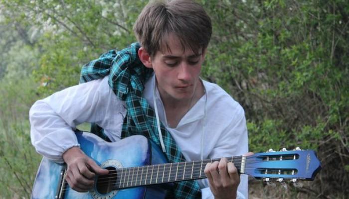 Бард с синей гитарой