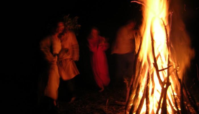 Танцы вокруг большого костра