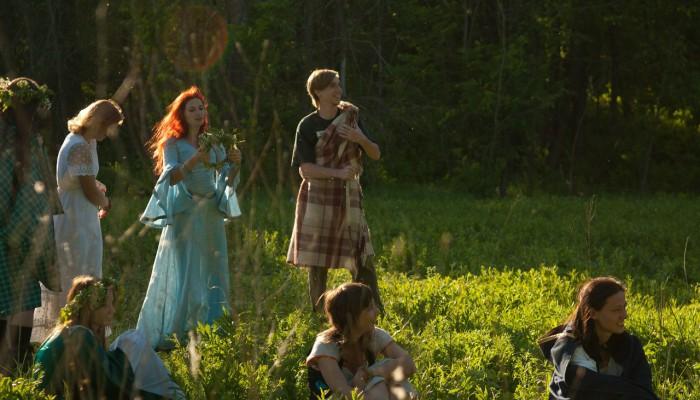 Костер алых волос девы в голубом платье