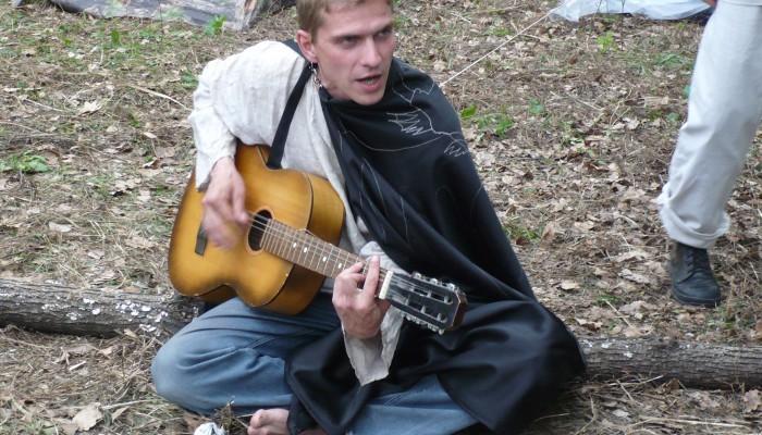 Зеленый играет на гитаре