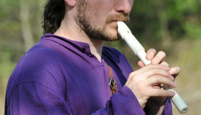 Горец в фиолетовой рубахе с флейтой