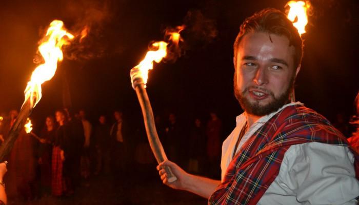 Горец с факелом в руке