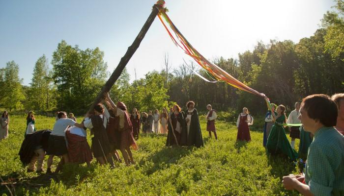 Установка майского древа с лентами