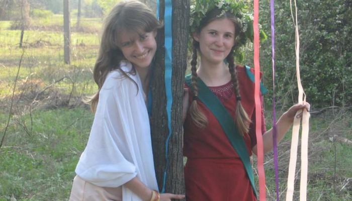 Иштар и Аэсоннэ с майским древом