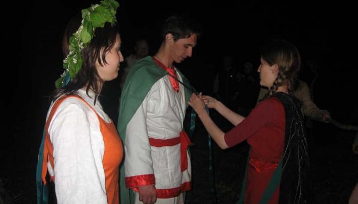 Маришка и Велес надевают зеленые плащи