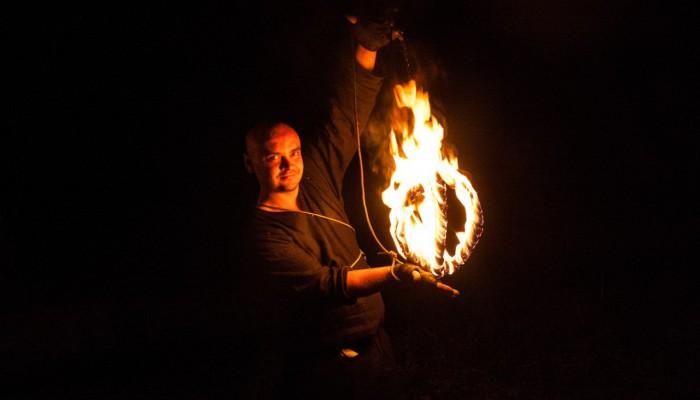 Мастер огня с горящим шаром