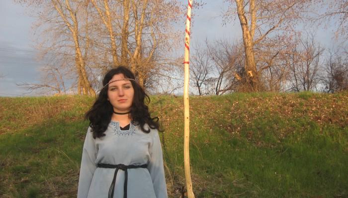 Наташа на фоне майского шеста