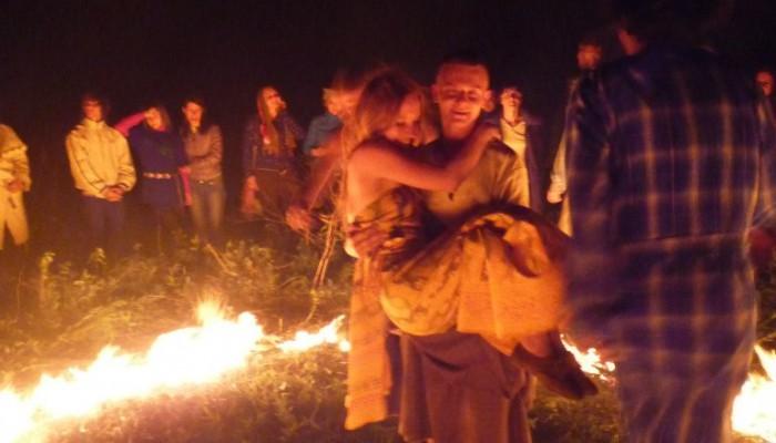 Королева на руках Короля в кругу огня