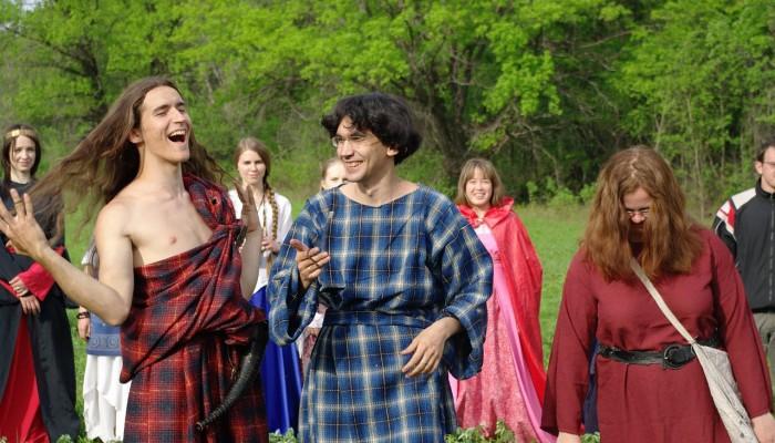 Радостные друиды и поправляющий волосы Льют