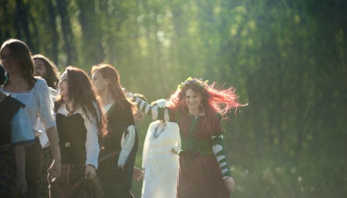 Красные волосы в лучах солнца