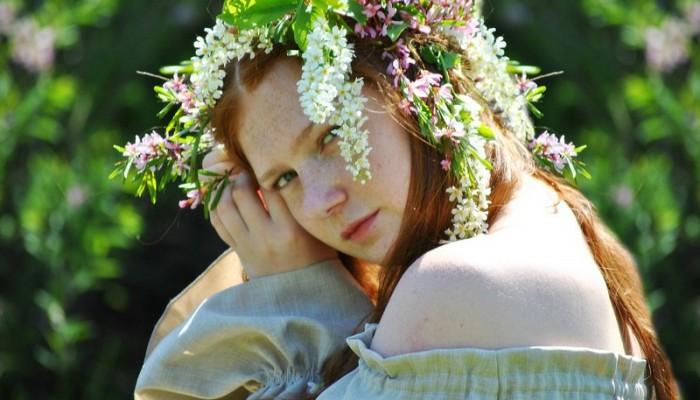 Рыжая девушка в цветочном венке