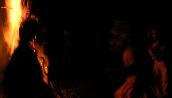 Тени в пламени ночи