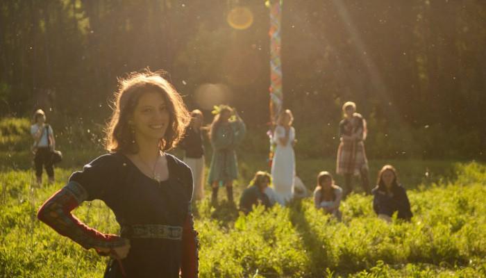 Улыбающаяся девушка в лучах весеннего солнца