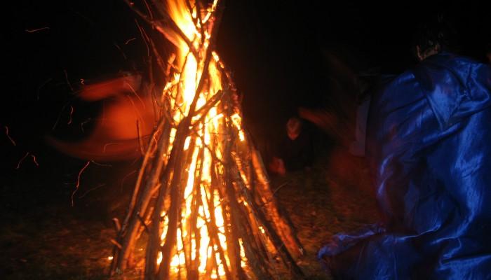 Пламя костра в ночи