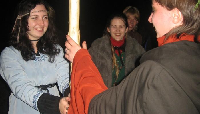 Девушки трут майское древо