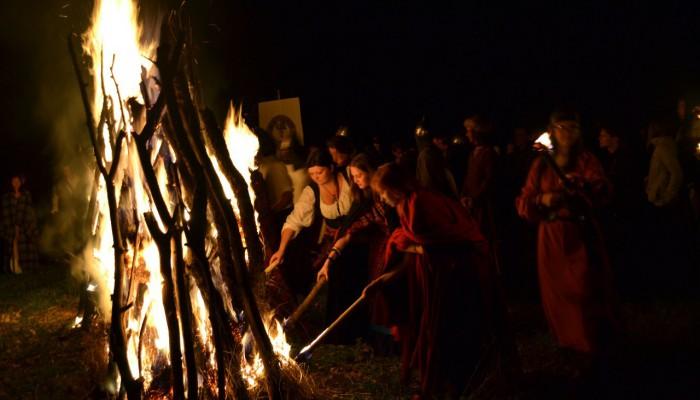Девушки помогают Королеве разжечь женский костер