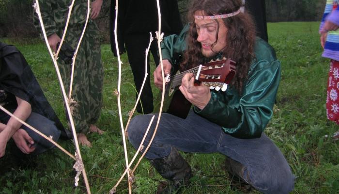 Тимоха играет на гитаре