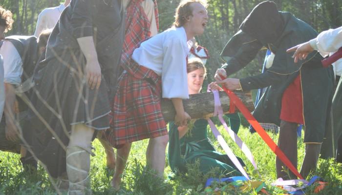 Дурачества во время вязания лент на древо