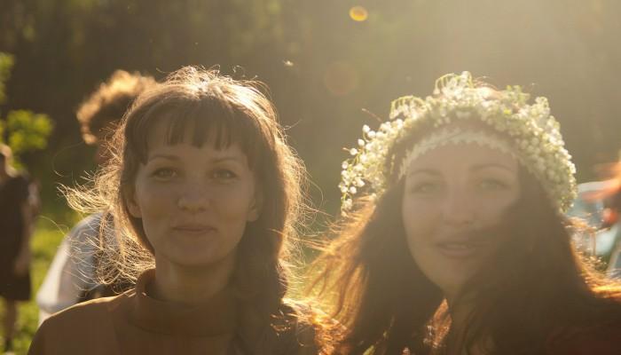 Две милые девушки в лучах солнца
