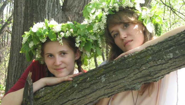 Две девушки в венках