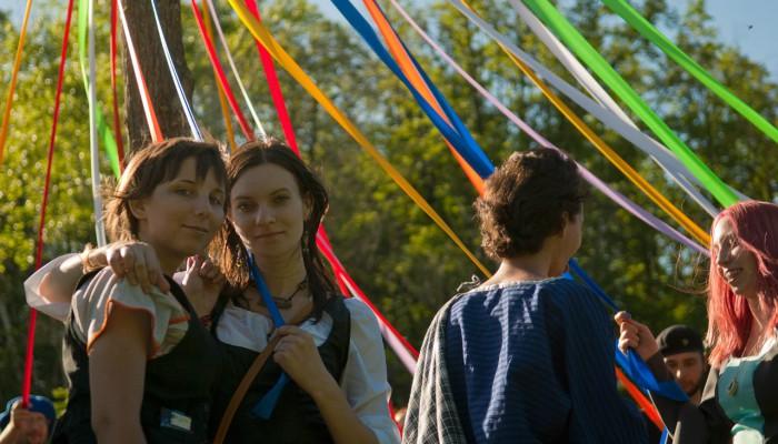 Две девы на фоне майского дерева
